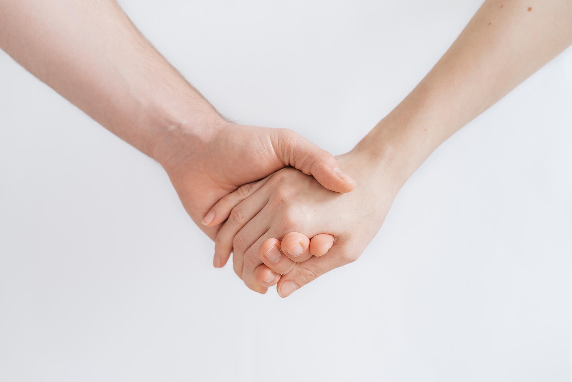Bild in dem Händchen gehalten wird